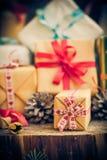 Table en bois de cônes de paquets de cadeaux de Santa Claus Christmas photos libres de droits