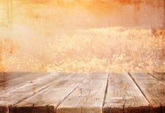 Table en bois de conseil devant le paysage d'été avec la fusée de lentille Photographie stock