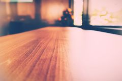 Table en bois de focalisation sélective près de la fenêtre Photo libre de droits