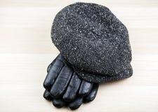 Table en bois de gants de chapeau de vintage image libre de droits