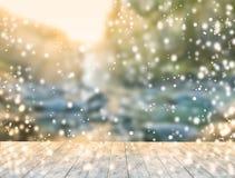 Table en bois de glace avec le fond de la vue scénique de la chute de l'eau où coucher du soleil Photographie stock libre de droits