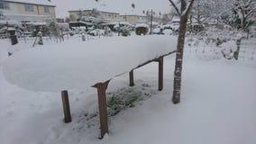 Table en bois de jardin couverte dans la neige Photo libre de droits