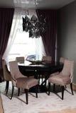 Table en bois de luxe dans la chambre Photos stock