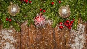 Table en bois de Noël avec les décorations de nouvelle année et de Noël et les belles chutes de neige, le concept de la nouvelle  banque de vidéos