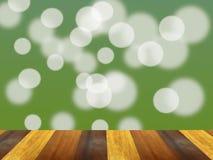 Table en bois de planche de Brown devant le fond vert de bokeh image libre de droits