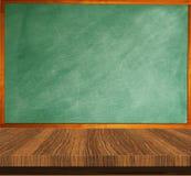 Table en bois de tableau vert vide réserve vieux d'isolement par éducation de concept Image libre de droits