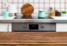 Table en bois de texture sur le fond de banc de fourneau de cuisine Images libres de droits