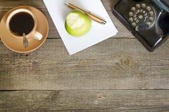 Table en bois de vieux vintage dans le local commercial de lieu de travail Photos libres de droits