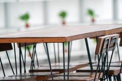 Table en bois foncée de cru de coin de plan rapproché photo libre de droits