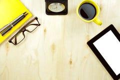 Table en bois fonctionnante de bureau dans le concept d'affaires, vue standard supérieure Photos libres de droits