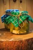 Table en bois marinée de pots de concombres Photographie stock libre de droits