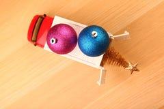 Table en bois miniature d'arbre de sapin de jouet de voiture de nouvelle année de boule rouge de jouet photographie stock libre de droits