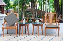 Table en bois mise dans le jardin photos libres de droits