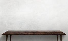 Table en bois moderne avec les jambes et l'espace libre Texture blanche criquée de mur à l'arrière-plan Photo stock