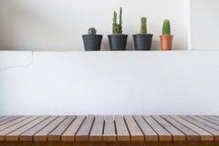 Table en bois ou planches en bois avec le cactus sur le mur en béton pour le fond Images libres de droits