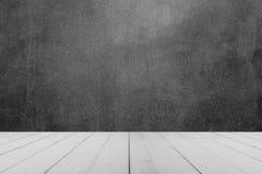 Table en bois ou planches en bois avec le mur en béton ou le mur de marbre pour le fond Photos libres de droits