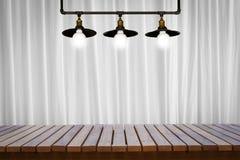 Table en bois, planches en bois ou planchers en bois avec les rideaux blancs et les vieilles lampes Photos stock