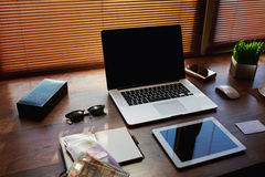 Table en bois réussie d'homme d'affaires ou d'entrepreneur Photos libres de droits