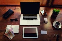 Table en bois réussie d'homme d'affaires ou d'entrepreneur avec des accessoires de style et de euro factures Photos libres de droits