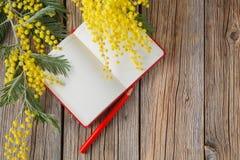 Table en bois rurale avec le carnet et le message d'amour Photo stock