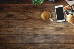 Table en bois rustique de bureau de concepteur avec l'instrument de photos Images libres de droits