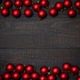 Table en bois rustique foncée flatlay - cadre rouge de boule d'ornement de Noël Vue supérieure avec l'espace libre pour le texte  images libres de droits