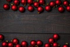 Table en bois rustique foncée flatlay - cadre rouge de boule d'ornement de Noël Vue supérieure avec l'espace libre pour le texte  photos stock