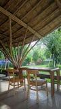 Table en bois sous le bâtiment en bambou Image libre de droits