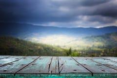 Table en bois supérieure vide et vue de montagne Images stock