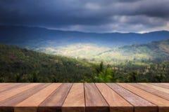 Table en bois supérieure vide et vue de montagne Photos stock