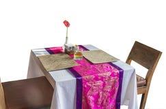 Table en bois sur la nappe d'Inde sur le fond blanc photographie stock