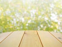 Table en bois sur la nature verte abstraite Photos libres de droits