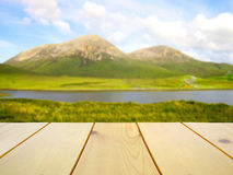 Table en bois sur la vue renversante brouillée de l'île de Skye, Ecosse Photographie stock
