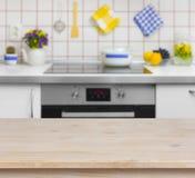 Table en bois sur le fond brouillé du banc de cuisine Photo stock