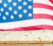 Table en bois sur le fond de drapeau des Etats-Unis Image libre de droits