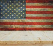 Table en bois sur le fond de drapeau des Etats-Unis Images stock