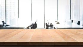 Table en bois vide avec la vue de bureau de pièce de tache floue et de ville de fenêtre Photos libres de droits