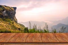 Table en bois vide avec le fond de paysage de montagne Photos libres de droits
