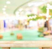 Table en bois vide et fond brouillé de lumière de café DISP de produit images stock
