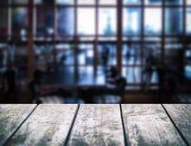 Table en bois vide Intérieur brouillé de café L'espace vide pour vos produits et information Photographie stock