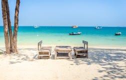 Table en bois vide sur la plage Photos libres de droits