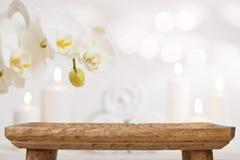 Table en bois vide sur le fond abstrait brouillé des produits de station thermale image stock