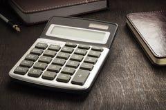 Table en cuir de bureau de bureau avec la calculatrice, bloc-notes, stylo images libres de droits