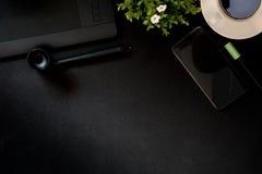 Table en cuir de bureau de bureau avec le comprimé numérique de dessin, les approvisionnements et la tasse de café Photos libres de droits