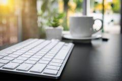 Table en cuir de bureau de bureau avec le stylo et le crayon Vue supérieure avec la cannette de fil Image stock