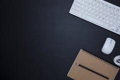 Table en cuir noire de bureau de bureau avec le carnet et fournitures de bureau, vue supérieure avec l'espace de copie pour votre Images libres de droits