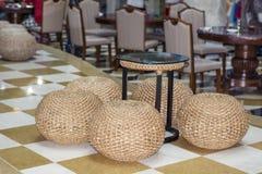 Table en verre avec des chaises de rotin Région de salon d'un hôtel, club, lobby de société Photo stock