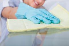 Table en verre de nettoyage de domestique Photographie stock libre de droits