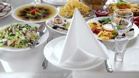 Table entièrement décorée avec les plats de raffinage Préparez pour commencer des célébrations Table de serveur banque de vidéos