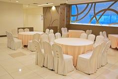 Table enveloppée et chaises prêtes pour la célébration Photo stock